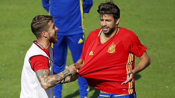 Sergio Ramos dan Gerard Pique. Foto: Marca