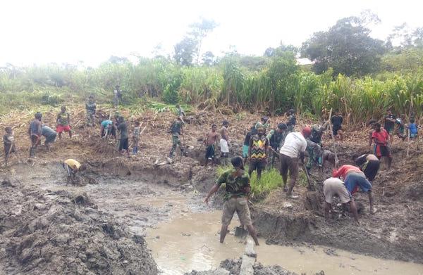 Kepala Distrik Yambi Papua Kami Senang Dengan Inovasi Dari Prajurit Tni Jpnn Com