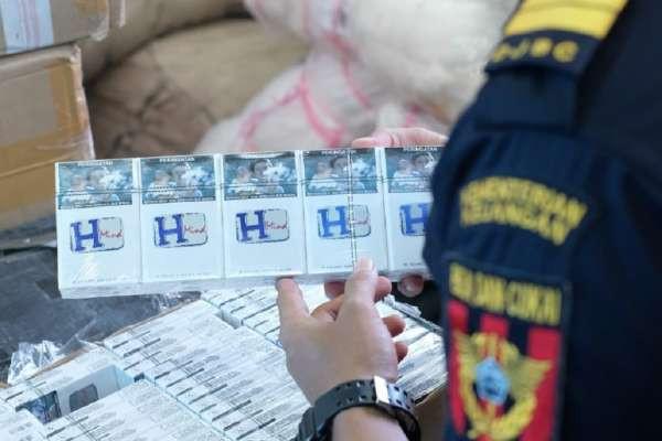 Bea Cukai Gelar Operasi di Dumai dan Kediri, Sikat 3 Juta Batang Rokok Ilegal - JPNN.com