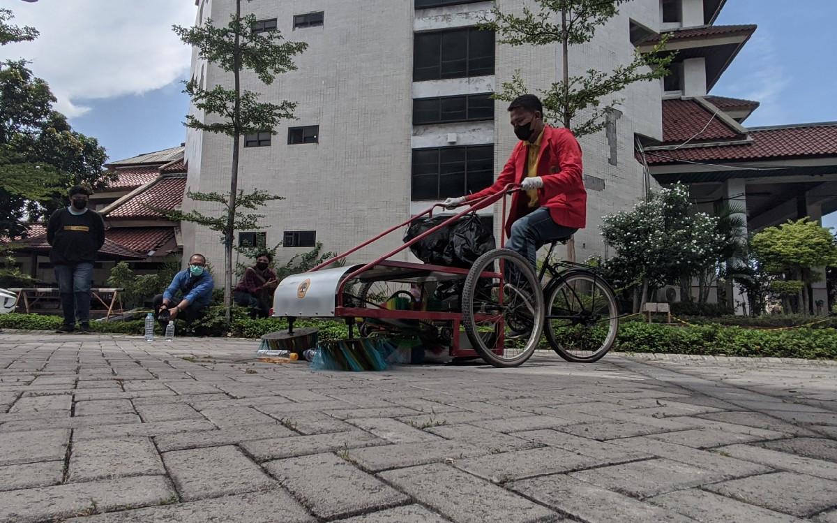 Keren, Mahasiswa Untag Surabaya Ciptakan Sepeda Penyapu Sampah Plastik - JPNN.com