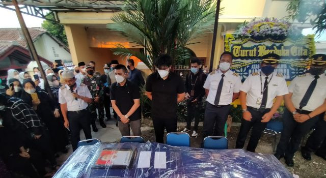 Jenazah Pilot Rimbun Air Dimakamkan di TPU Taman Bahagia Bogor - JPNN.com