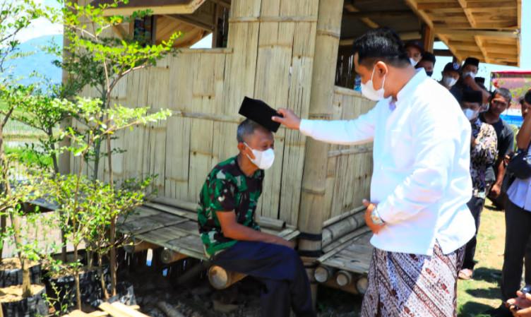 Taj Yasin Maimoen Melepas Pecinya dan Memberikannya pada Lelaki Tua ini - JPNN.com