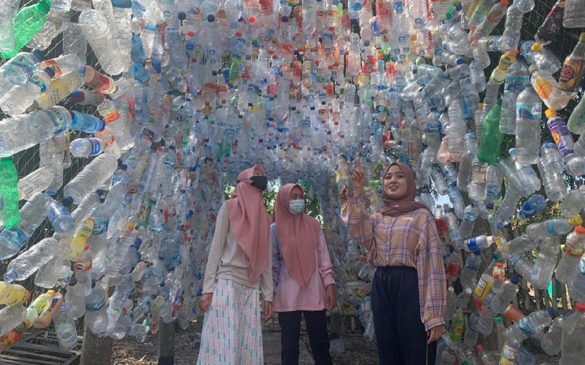 Cantiknya Penampakan Ribuan Sampah Botol Plastik yang Sulap Jadi Lorong - JPNN.com