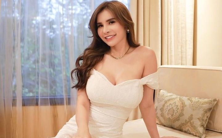 Maria Vania Tampil dengan Gaun Putih, Warganet jadi Pengin... - JPNN.com