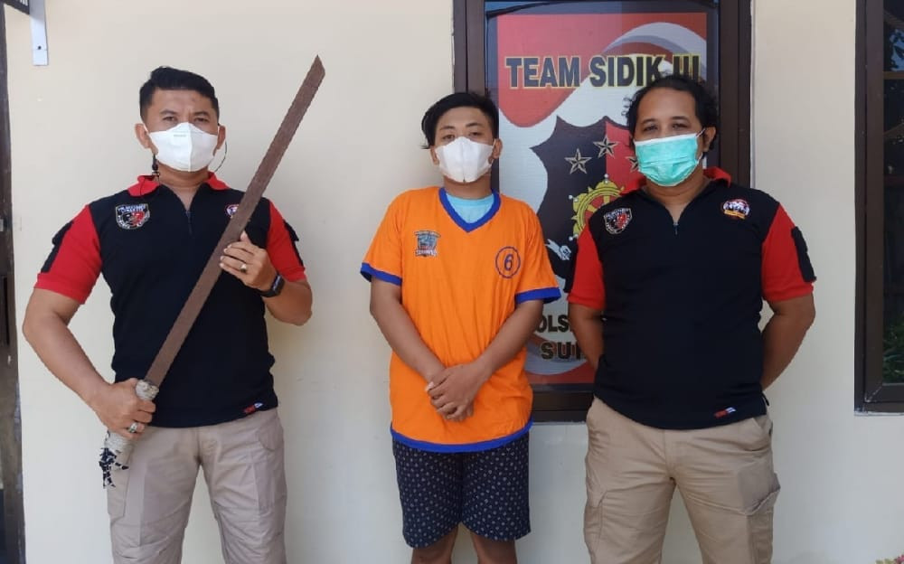 Ferry Warga Surabaya Membawa Pedang Panjang, Persiapan jika Tiba-Tiba Diserang - JPNN.com