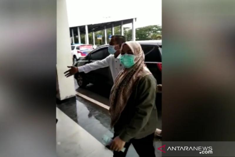 Tiba di Gedung KPK, Bupati Kolaka Timur yang Terkena OTT Menutup Mulut - JPNN.com