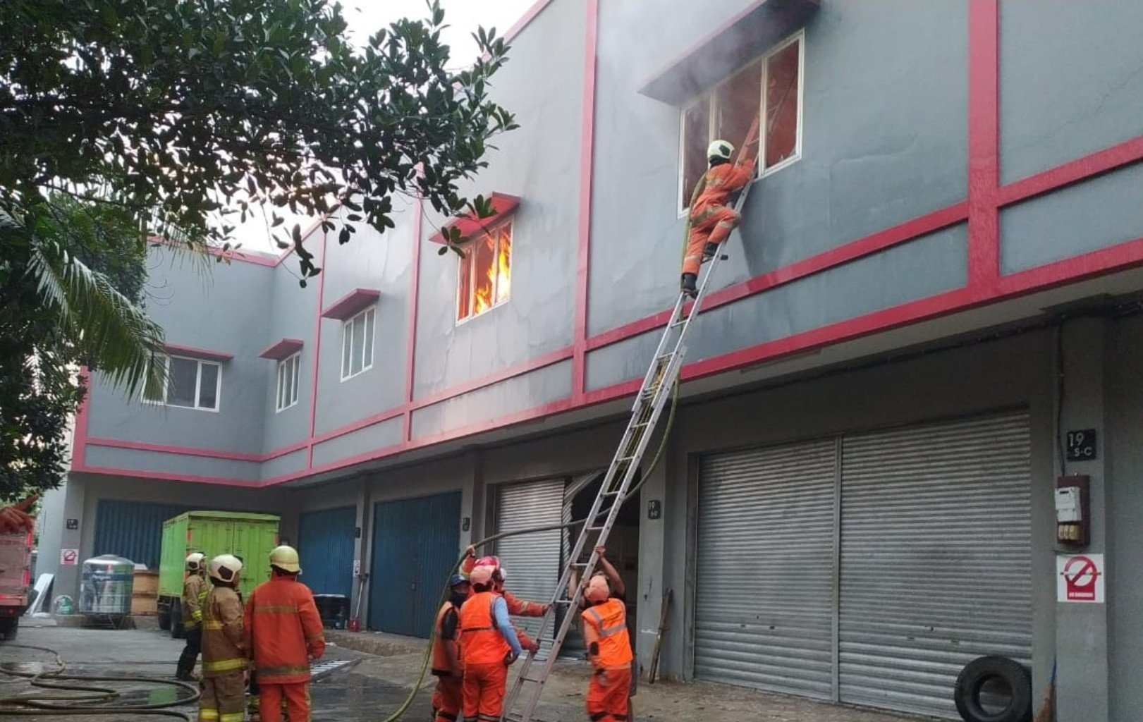 Gudang Tinta di Kalideres Jakbar Terbakar - JPNN.com