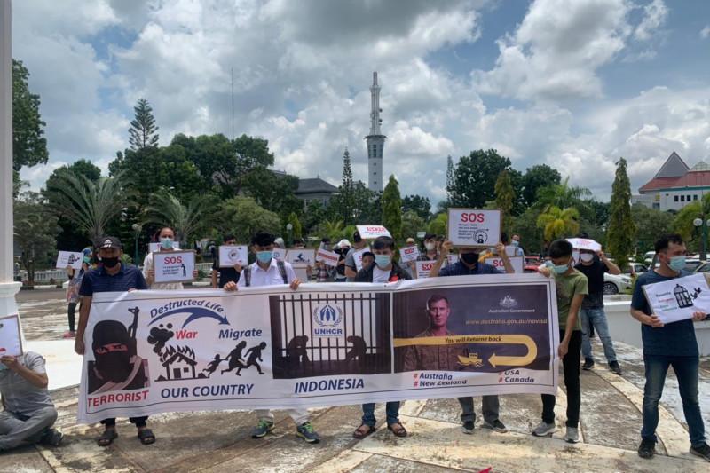 Ini Baru Kejutan! Puluhan Orang Asing Unjuk rasa di Depan Gedung Dewan - JPNN.com