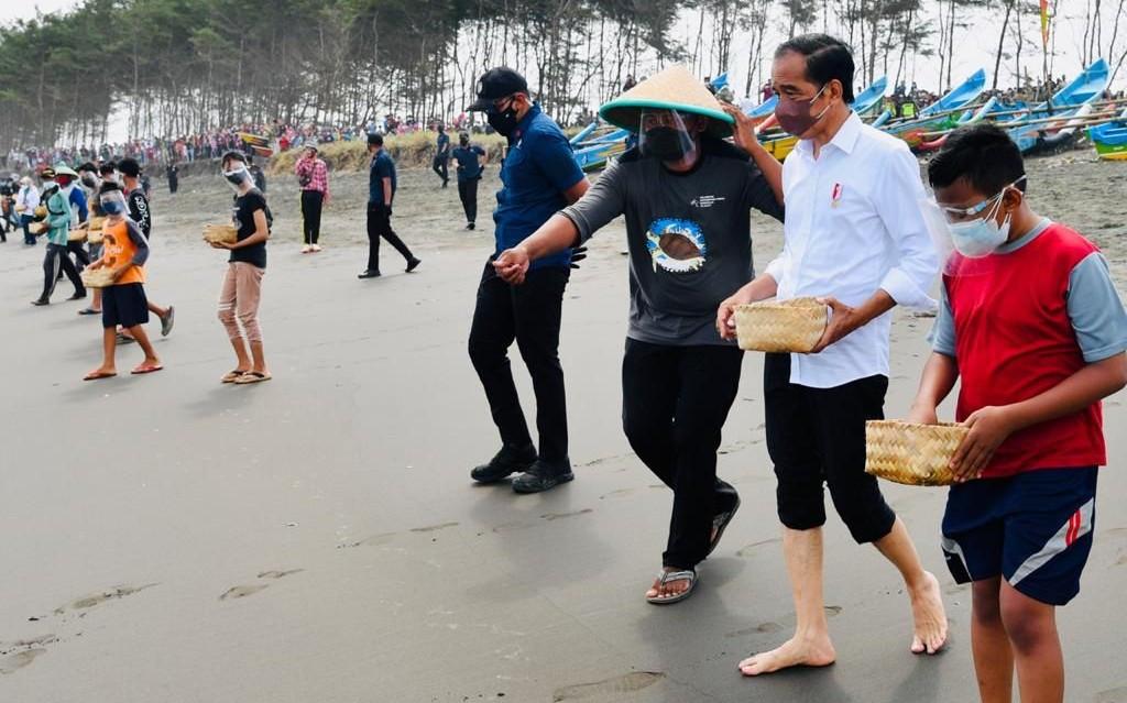Pak Jokowi Telanjang Kaki Saat Melepas Anak Penyu - JPNN.com