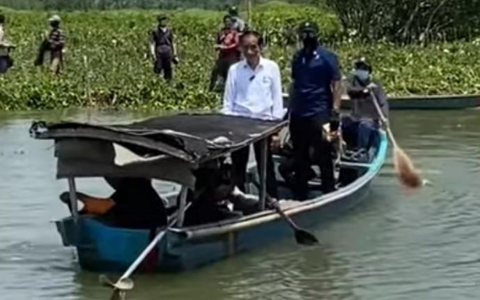 Di Luar Rencana, Presiden Jokowi Naik Perahu, Siapa Pria Tegap di Sampingnya? - JPNN.com