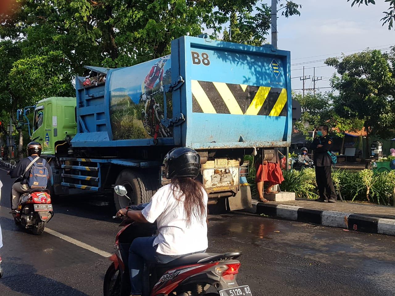 Kecelakaan Truk Sampah Pemkot Surabaya dan Pengendara Motor, InI Kronologinya - JPNN.com