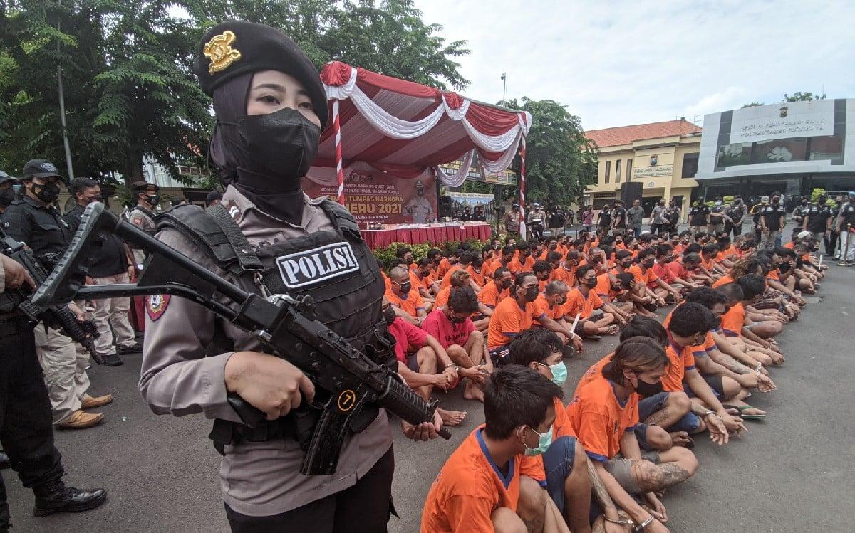120 Pelaku Narkoba Ditangkap, Polwan Bersenjata Laras Panjang Ini Ikut Berjaga - JPNN.com