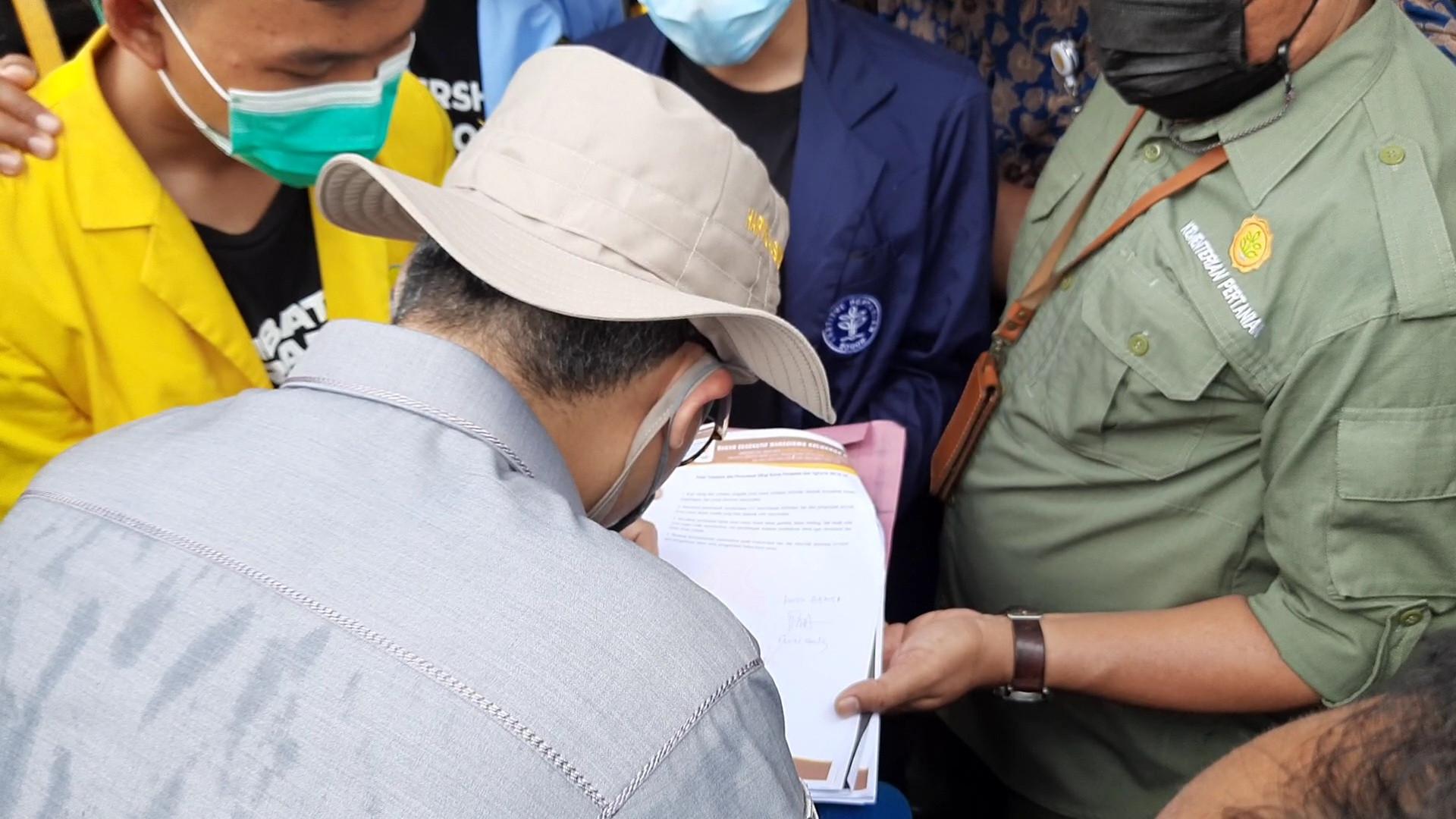 Massa BEM SI Sampaikan Tuntutan, Wakil Menteri Ini Membubuhkan Tanda Tangan - JPNN.com