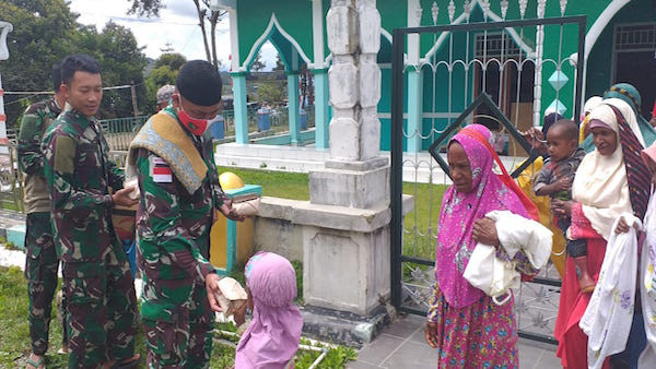 Satgas Yonif RK 751/VJS Berbagi Berkah KepadaJemaah - JPNN.com
