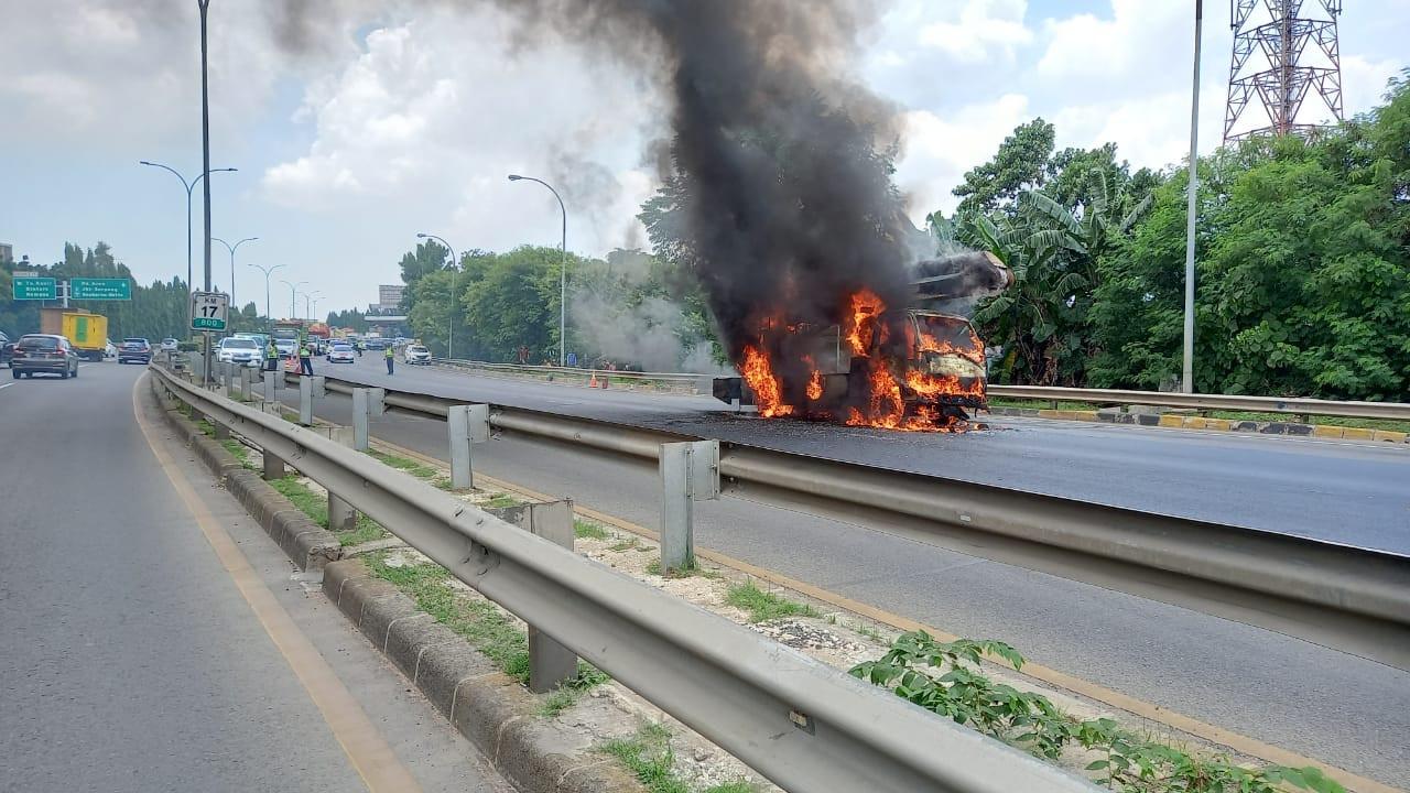Begini Kondisi Mobil Crane yang Terbakar di Tol Lingkar Selatan Pesanggrahan - JPNN.com