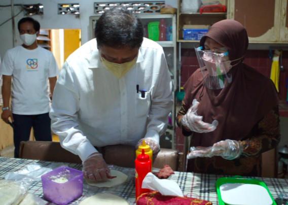 Cerita Ibu Siti yang tak Bisa Tidur dan Grogi Dikunjungi Menko Airlangga - JPNN.com