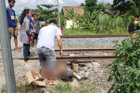 KA Hantam Minibus, Seorang Pelajar Terkapar di Pinggir Rel, Kondisi Mengenaskan - JPNN.com