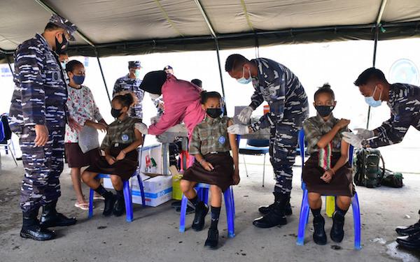 Lihat, Tiga Anak Kembar Kompak Vaksinasi di KRI Soeharso-990 - JPNN.com