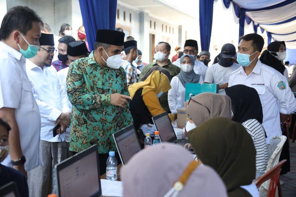Wakil Ketua MPR Ahmad Muzani Menyaksikan Vaksinasi di Ponpes Buntet Cirebon - JPNN.com