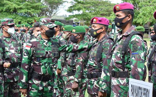 Lihat, Brigjen Bangun Menatap dan Pegang Pundak Prajurit Korps Marinir TNI AL - JPNN.com