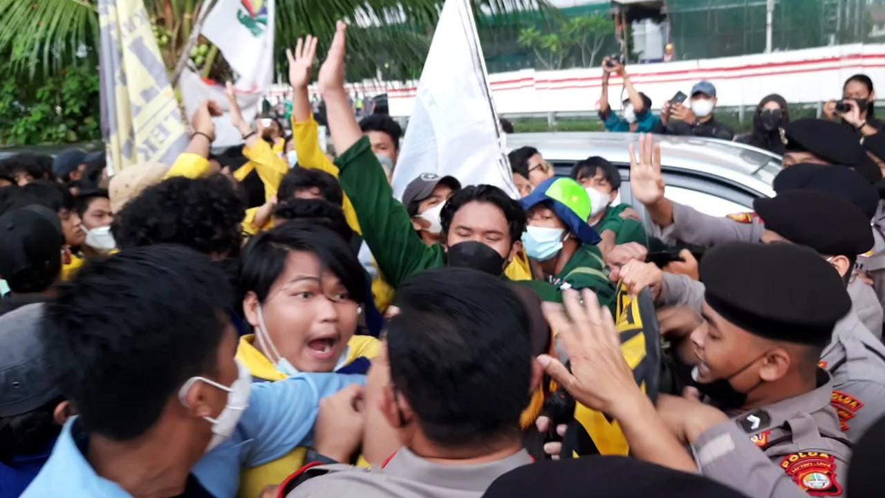 Mahasiswa Saling Dorong dengan Polisi, Paksa Masuk Gedung KPK - JPNN.com
