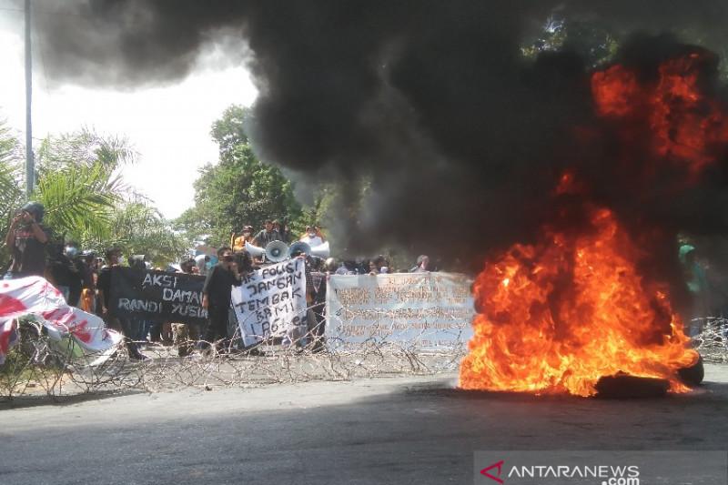 Peringatan 2 Tahun Kematian Mahasiswa UHO Berlangsung Rusuh - JPNN.com