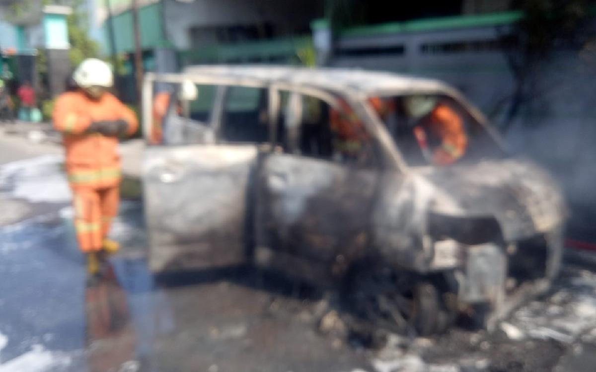 Distarter, Mobil Imam Hangus Terbakar, Begini Rupanya - JPNN.com Jatim