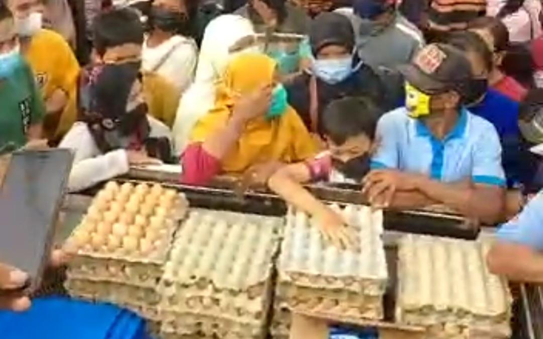 Viral Aksi Bagi-bagi Telur di Blitar Dibubarkan, Ini Penjelasan Polisi - JPNN.com