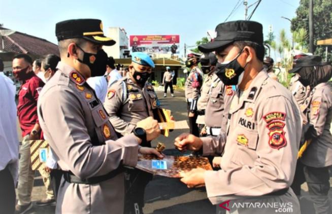 Aksi Heroik Aipda Anwarudin di Rel Kereta Api Berbuah Manis - JPNN.com
