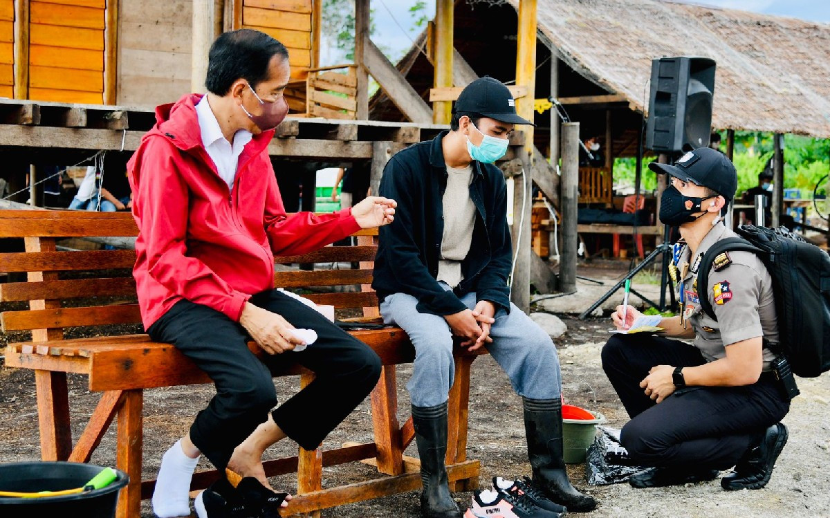 Pak Jokowi Berdiskusi dengan Pemuda di Bangku Kayu, Ada Polisi Jongkok sembari Mencatat - JPNN.com