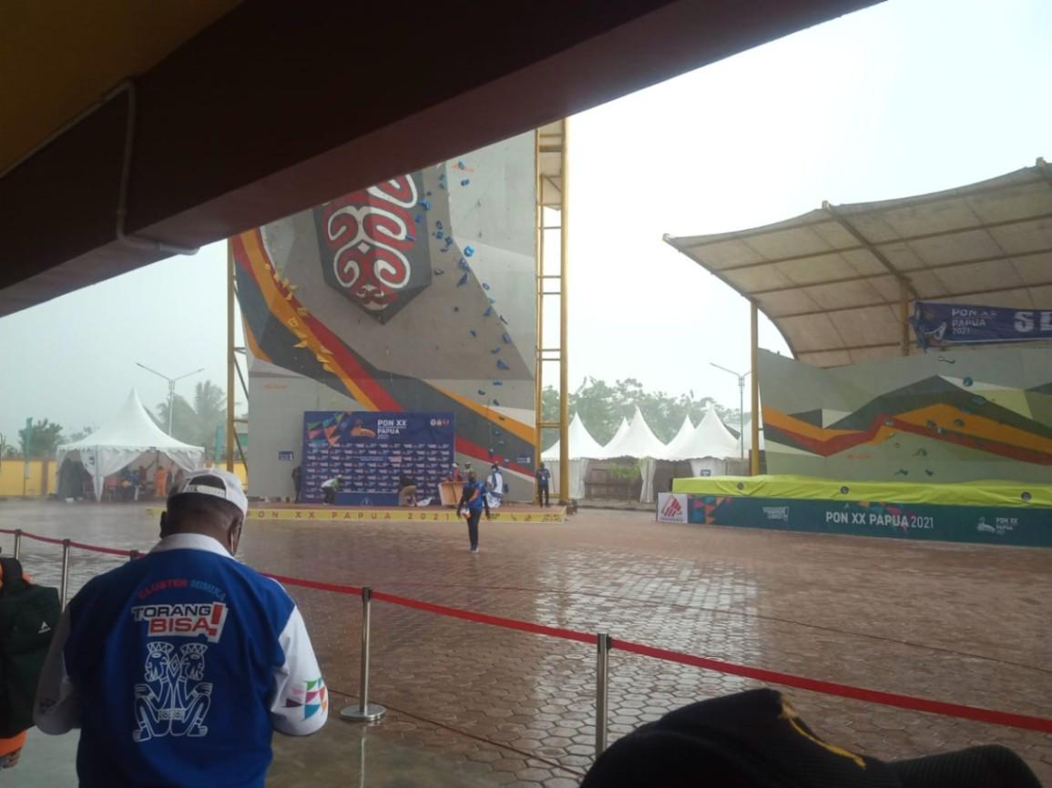 Gegara Hujan Deras Prosesi Pengalungan Medali Emas Tim Panjat Tebing Papua Ditunda - JPNN.com