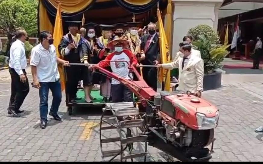 Raih Cum Laude dengan IPK 3,95, Andi Diberi Kejutan Naik Traktor - JPNN.com