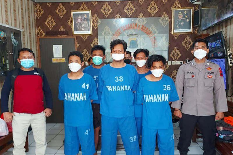 Perhatikan Wajah yang Pakai Baju Biru, Mereka Pejudi - JPNN.com