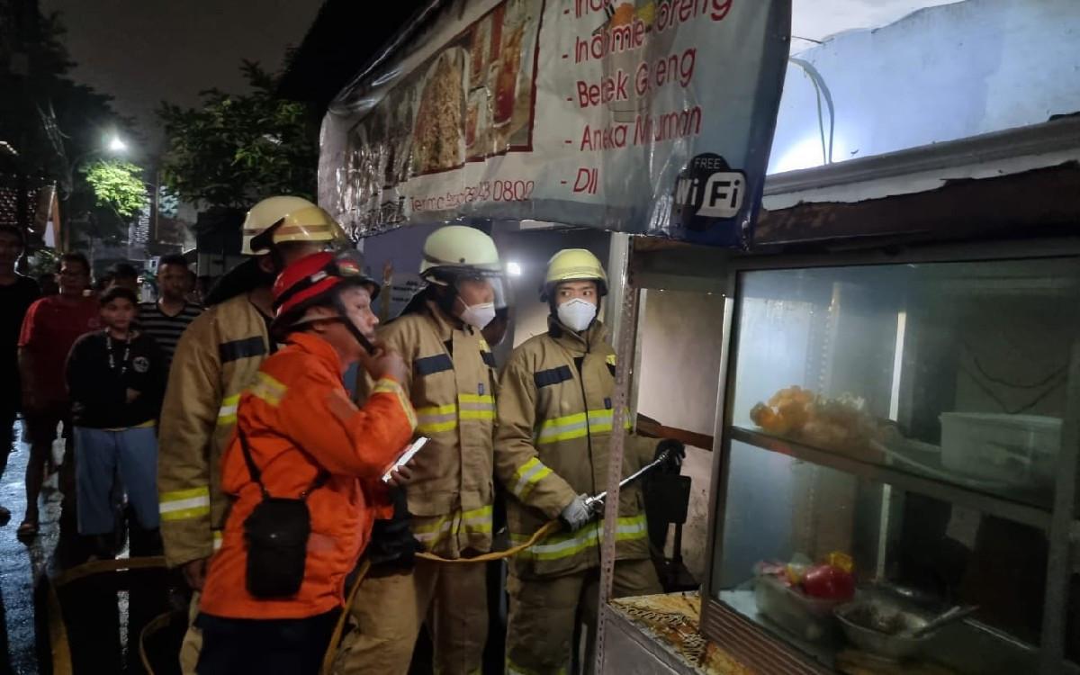 Warung Makan di Jaktim Terbakar, Pak Tarjo Dilarikan ke Rumah Sakit - JPNN.com