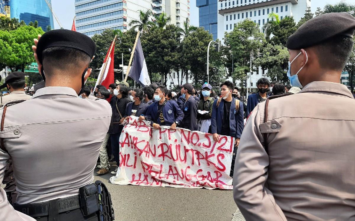 Ngotot Demo, Mahasiswa Universitas Indraprasta Tutup Jalan - JPNN.com