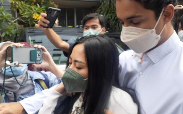Rachel Vennya Tampak Lemas Hadiri Pemeriksaan, Salim Nauderer Rangkul Erat Kekasih - JPNN.com