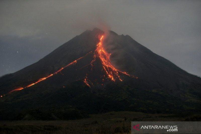 Guguran Lava Pijar Gunung Merapi Meluncur Sejauh 1.800 Meter, Begini Penampakannya - JPNN.com
