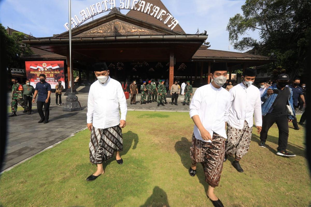 Gaya Gibran Bersarung di Depan Santriwati Pilihan - JPNN.com
