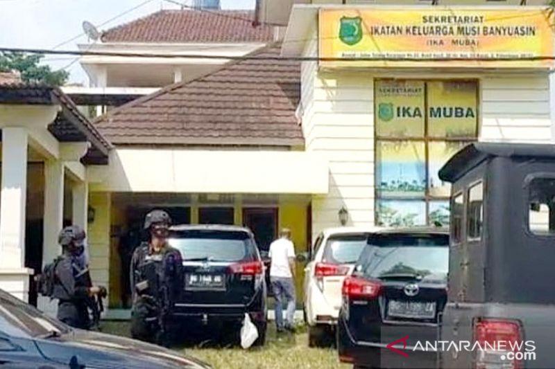 Penyidik KPK Beraksi di Palembang, Dikawal Brimob Bersenjata Laras Panjang - JPNN.com