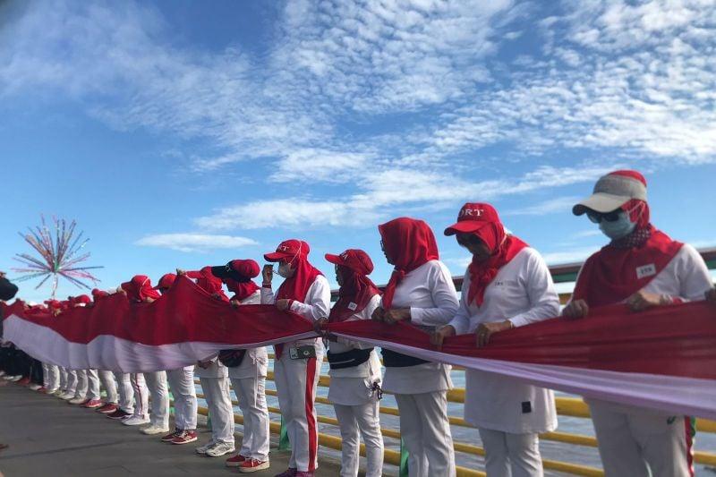 Bendera Merah Putih 100 Meter Dibentangkan di Water Front Sungai Kapuas - JPNN.com