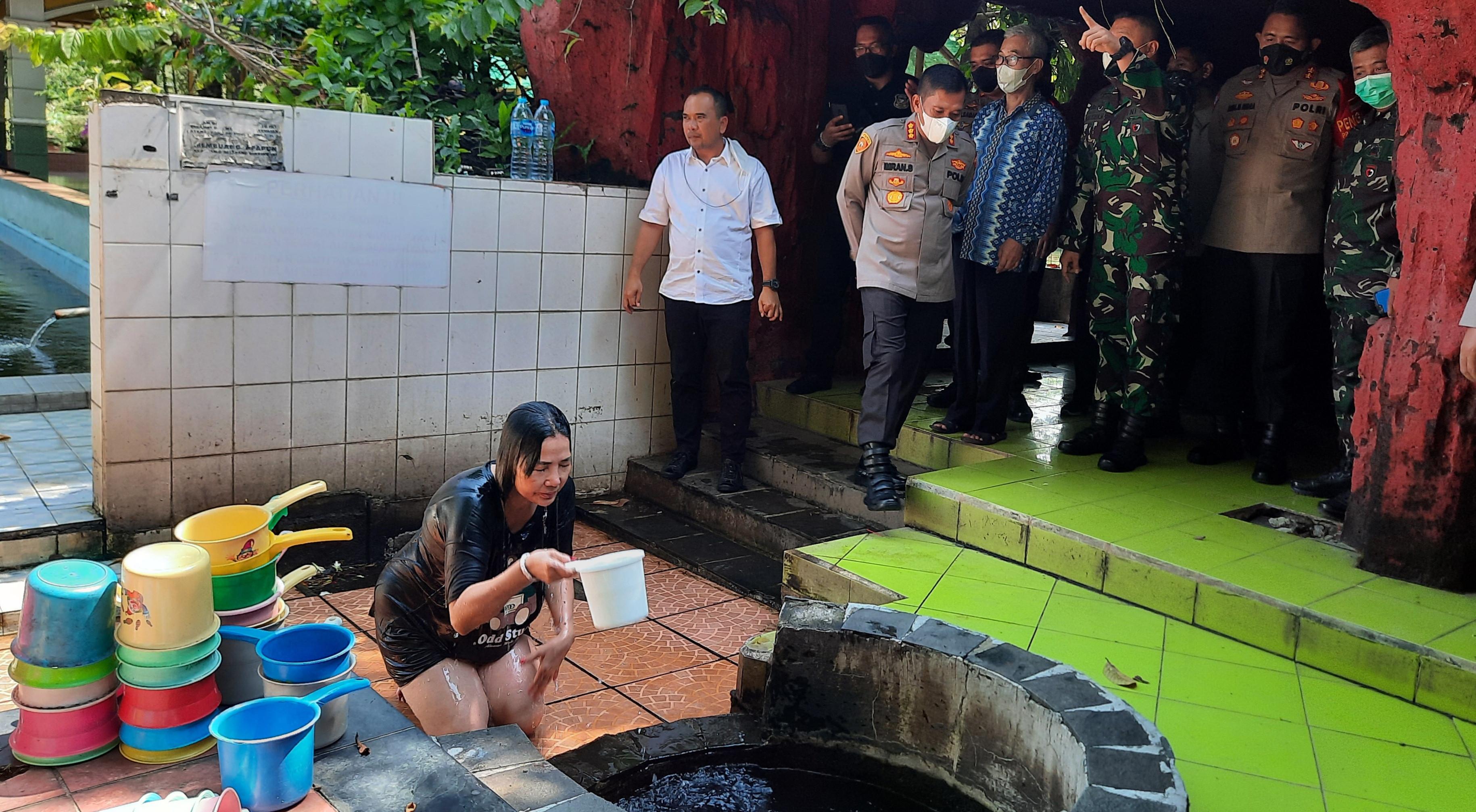 7 Sumur di Wihara Gayatri yang Dipercaya Warga Depok Membawa Keberkahan - JPNN.com