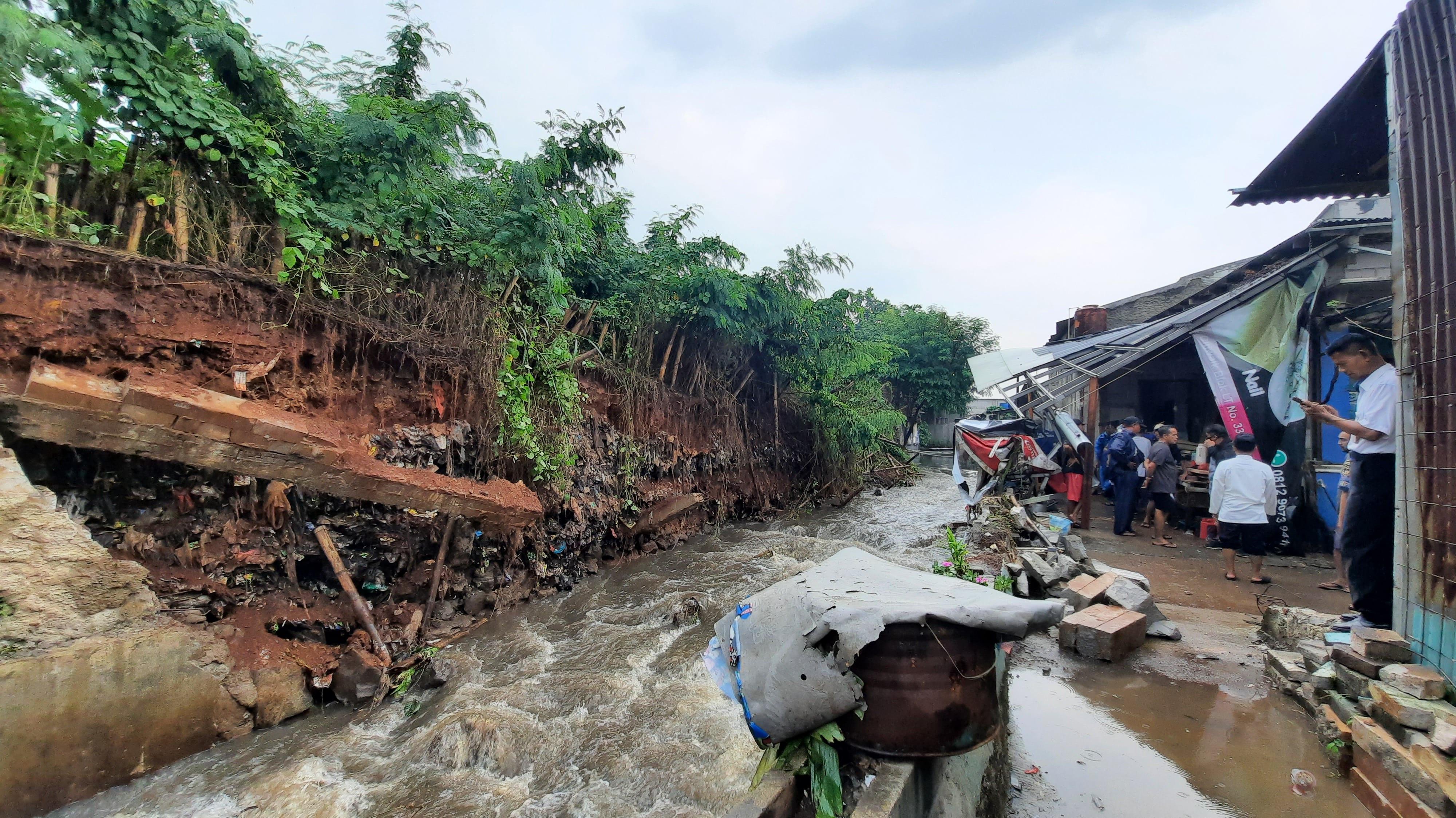Warga Tapos Depok Kaget Mendengar Suara Keras Sebelum Hujan Deras - JPNN.com