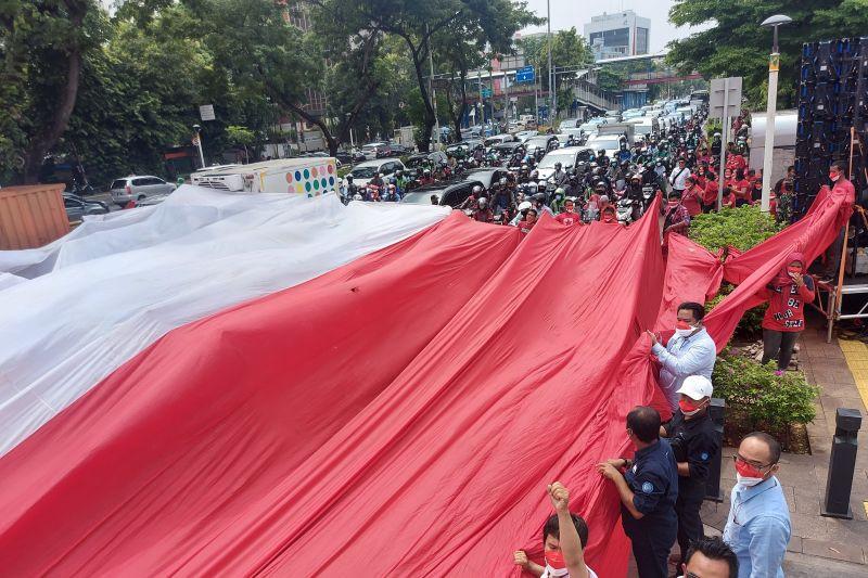 Merdeka! Bendera Merah Putih Raksasa Terbentang di Jakarta Pusat - JPNN.com