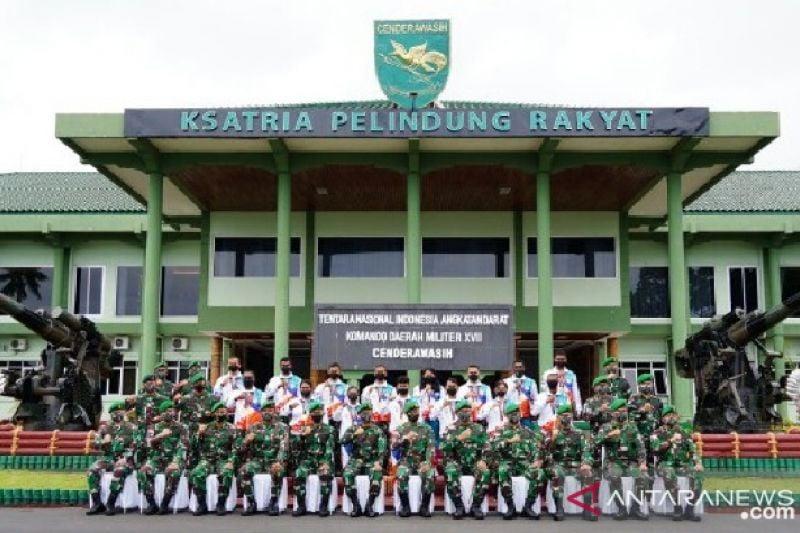 Mayjen TNI Ignatius Beri Penghargaan Atlet Berprestasi dari Keluarga Besar Kodam XVII/Cenderawasih - JPNN.com