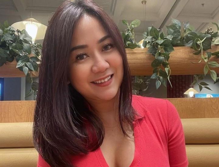 Berbaju Merah, Tante Ernie Merasa Tembam Banget - JPNN.com