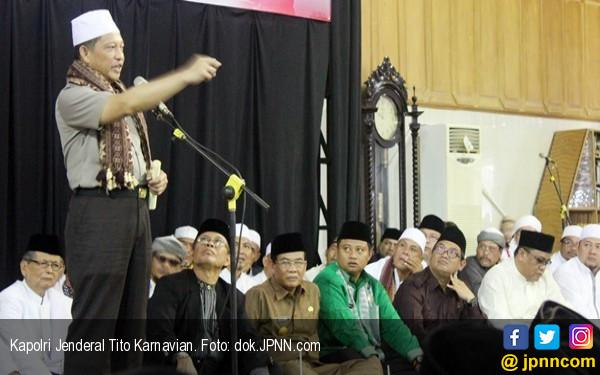Kapolri Bagikan Penghargaan untuk Anak Buah di Depan Jokowi - JPNN.COM