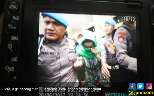 OTT KPK: Istri Gubernur Bengkulu Digelandang ke Bandara - JPNN.COM
