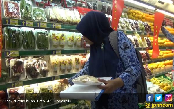 Buah Busuk dan Berjamur Kok Masih Dijual - JPNN.COM