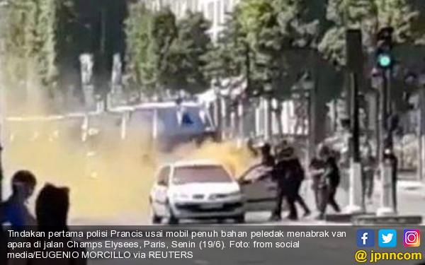 Mobil Penuh Bahan Peledak Tabrak Van Polisi di Champs Elysees Paris - JPNN.COM