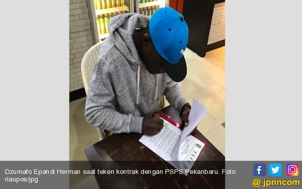 Deal, Akhirnya Dzumafo Resmi Bergabung dengan PSPS Pekanbaru - JPNN.COM